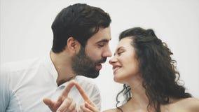 красивейшие детеныши пар Неимоверно в любов в воздухе, пальцы рисуют целовать сердца Торжество дня ` s валентинки сток-видео