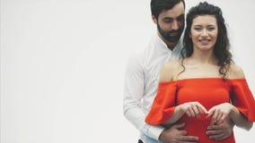 красивейшие детеныши пар Неимоверно в любов супруг обнимает его жену пока она рисует ее праотцов с ее пальцами акции видеоматериалы