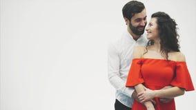 красивейшие детеныши пар Неимоверно в любов супруг обнимает его жену пока она рисует ее праотцов с ее пальцами сток-видео
