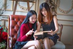 красивейшие девушки книги читая 2 Стоковые Изображения