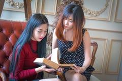 красивейшие девушки книги читая 2 Стоковая Фотография RF