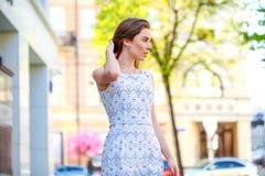 красивейшие детеныши белой женщины платья Стоковое Изображение RF