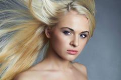 красивейшие детеныши женщины белокурая девушка сексуальная ногти красотки nailfile полируя салон haircare Стоковая Фотография RF