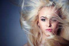 красивейшие детеныши женщины белокурая девушка сексуальная ногти красотки nailfile полируя салон haircare Стоковое фото RF