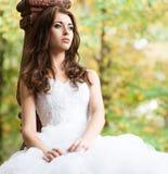 красивейшие детеныши женщины венчания платья Стоковые Изображения