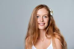 красивейшие детеныши женщины волос цветка Стоковые Фото