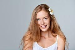 красивейшие детеныши женщины волос цветка Стоковое Фото