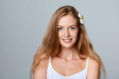 красивейшие детеныши женщины волос цветка Стоковое Изображение