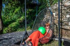 красивейшие детеныши женщины каникулы бассеина принципиальной схемы Качание молодой женщины на тропическом острове Nusa Lembongan Стоковая Фотография RF