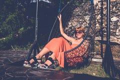 красивейшие детеныши женщины каникулы бассеина принципиальной схемы Качание молодой женщины на тропическом острове Nusa Lembongan Стоковое Изображение