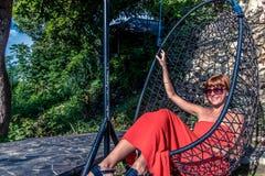 красивейшие детеныши женщины каникулы бассеина принципиальной схемы Качание молодой женщины на тропическом острове Nusa Lembongan Стоковая Фотография