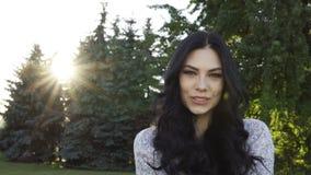 красивейшие детеныши женщины парка сток-видео