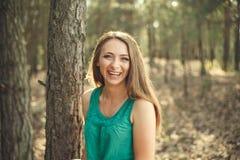 красивейшие детеныши женщины портрета outdoors Стоковая Фотография RF