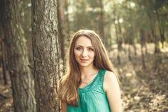 красивейшие детеныши женщины портрета outdoors Стоковое Изображение