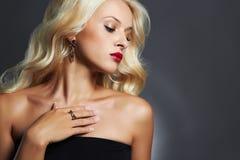 красивейшие детеныши женщины ювелирных изделий белокурая девушка сексуальная Стоковая Фотография