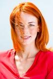 красивейшие детеныши женщины redhead портрета Стоковая Фотография RF