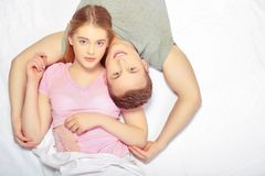 красивейшие детеныши пар кровати Стоковое фото RF