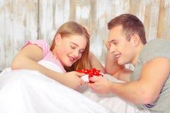 красивейшие детеныши пар кровати Стоковое Фото
