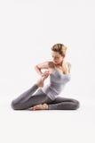 красивейшие делая детеныши йоги женщины Изолировано на белизне стоковые изображения