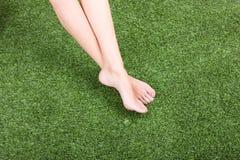 красивейшие женского ноги зеленого цвета травы тонкого Стоковые Фото