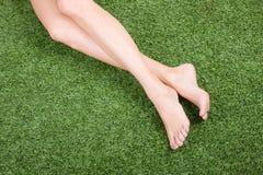 красивейшие женского ноги зеленого цвета травы тонкого Стоковое Изображение RF