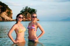Красивейшие женщины в бикини стоя в воде Стоковые Фотографии RF