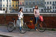 Красивейшие женщины в городе с велосипедами и мешками Стоковое фото RF