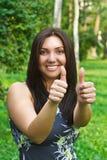 Красивейшие женщины показывая большие пальцы руки вверх Стоковая Фотография