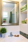 красивейшие зеленые новые полотенца раковины белые Стоковое Изображение RF