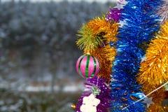 Красивейшие игрушки и декор на ветви Стоковая Фотография