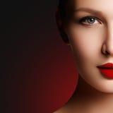 красивейшие косметики конца шика выравнивая губы способа стороны делают составом модельный портрет красная ретро чувственность се Стоковые Фотографии RF