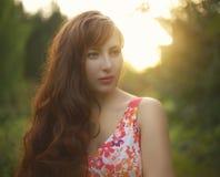 красивейшие курчавые волосы девушки длиной Стоковые Изображения