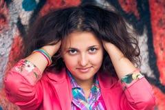 красивейшие курчавые волосы девушки Стоковые Изображения
