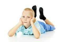 Красивейшие лож мальчика стоковое изображение