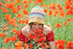 красивейшие маки девушки поля Стоковые Изображения RF