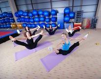 Красивейшие маленькие девочки разрабатывая в гимнастике Стоковые Фото