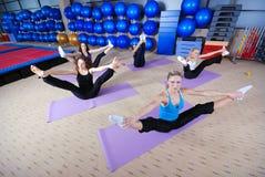 Красивейшие маленькие девочки разрабатывая в гимнастике Стоковое Фото
