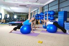 Красивейшие маленькие девочки разрабатывая в гимнастике Стоковое Изображение RF