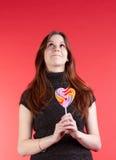 Красивейшие молодые женщины в темной куртке с конфетой стоковое изображение