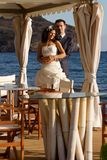 Красивейшие молодые пары представляя outdoors Стоковые Изображения