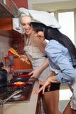 Сексуальные женщины в кухне Стоковое Фото