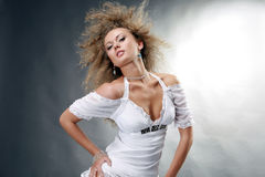 красивейшие наслаждаясь детеныши женщины ветра Стоковая Фотография