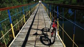красивейшие небеса дня моста велосипеда солнечные Стоковое Изображение RF