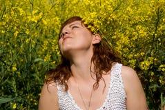 Красивейшие остальные девушки на поле rapeseed Стоковые Фотографии RF