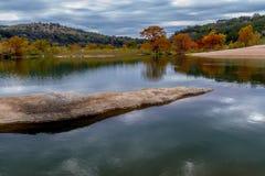 Мирные отражения цветов падения в стране холма Техас. Стоковое фото RF
