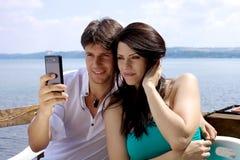 Красивейшие пары фотографируя перед озером Стоковое Изображение