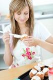 красивейшие пирожня подготовляя женщину Стоковая Фотография