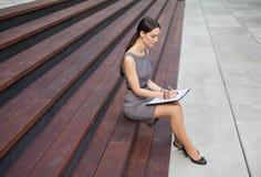 красивейшие примечания принимая женщину Стоковое Фото