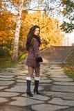 красивейшие прогулки очарования девушки Стоковое фото RF