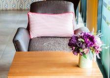 Красивейшие пластичные цветки в живущей комнате Стоковые Фотографии RF